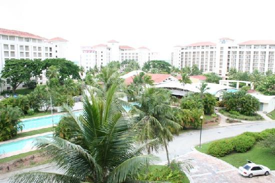 Leopalace Hotel: E棟5階からの眺め(プール側)