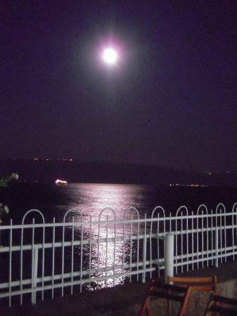Ron Beach Hotel: The moon reflected on the Gallilee lake from the hotel.