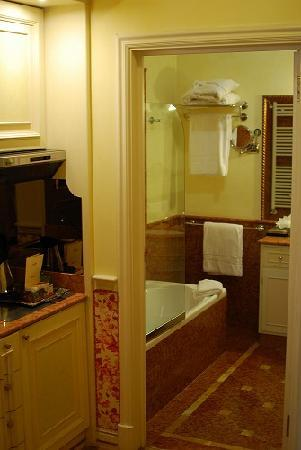 Petit Palais Hotel de Charme: Kitchen and bathroom