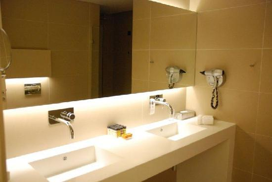 O&B Athens Boutique Hotel: Bathroom