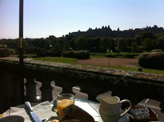 Breakfast on terrace photo de carcassonne guesthouse for Breakfast terrace