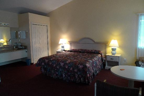 Butterfly Grove Inn: King size bed!