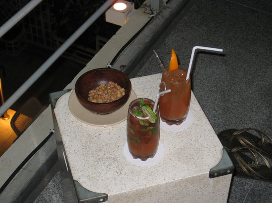 TAO Beach House and Rooftop Bar: cocktails and peanut snack