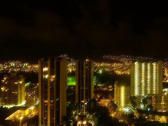 Aston Waikiki Sunset: 窓からの夜景