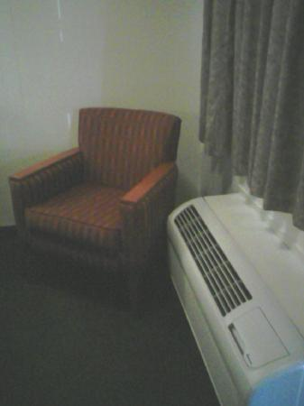 Red Roof Inn Cleveland - Medina: Inside the room by the a/c.