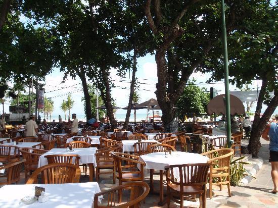 Hotel Kumala Pantai: Restaurant/Breakfast area overlooking Legain Beach
