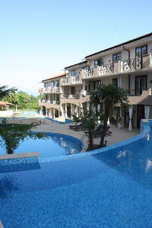 The Cliff Beach & Spa Resort: The pool and appartment