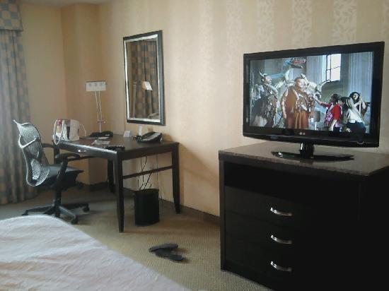 Hilton Garden Inn Washington DC / Bethesda: Tv and desk in king room