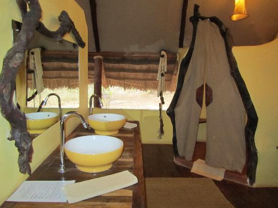Kikoti Safari Camp: Washroom area