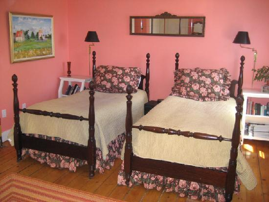 Lionel Champlin Guest House: Twin Room with two single beds & private bath, limited water view
