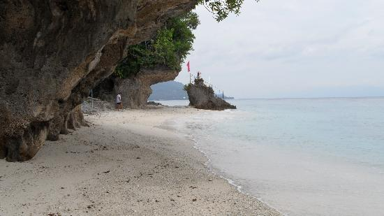 Padre Burgos Castle Resort: Tangkaan beach