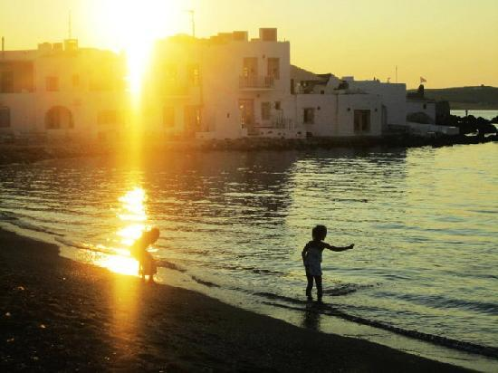 Young Inn Paros: stone skimming on the beach