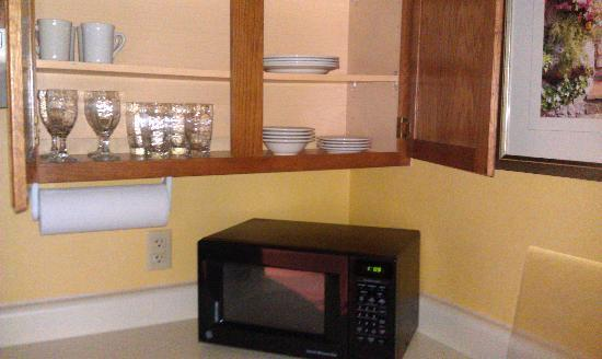 Residence Inn Baltimore BWI Airport: Microwave and dishes
