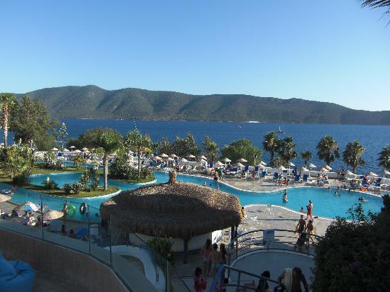 Bodrum Holiday Resort & Spa: piscine principale et mer