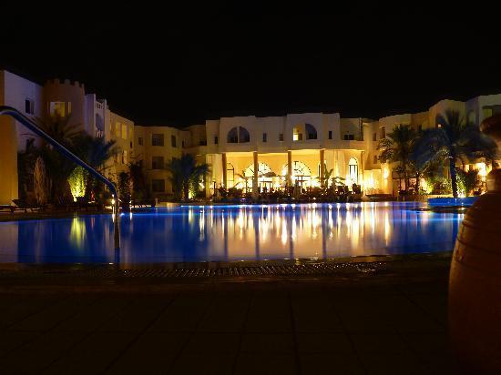 Green Palm: La terrasse de l'hôtel et la piscine
