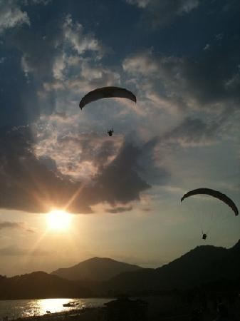 Plage d'Oludeniz (Lagon bleu) : Paragliders over the Blue Lagoon