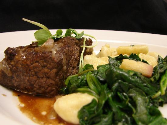 Days Inn Port Charlotte: Short ribs on a bed of spinach.