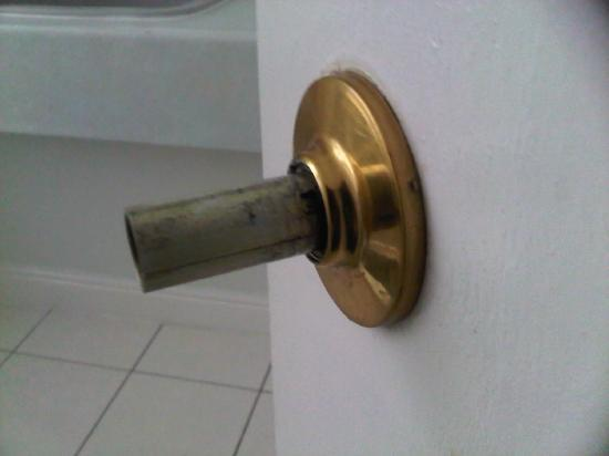 BEST WESTERN New Kent Hotel: Bathroom Door on first day