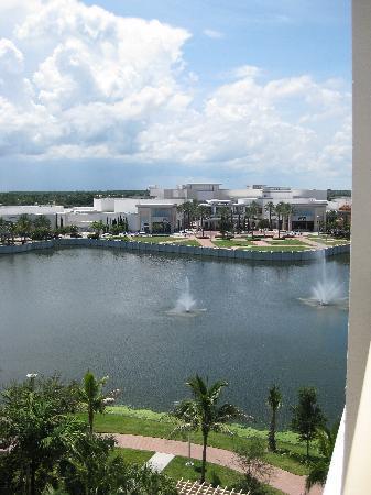 Hilton Garden Inn Palm Beach Gardens: view toward Downtown at the Gardens