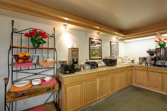 Americas Best Value Inn Oklahoma City/I-35 South: Breakfast room