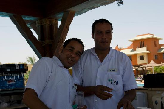 Coral Sea Holiday Village: The GREAT barmen at the pool bar