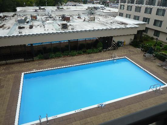 Holiday Inn Burlington: Exterior pool