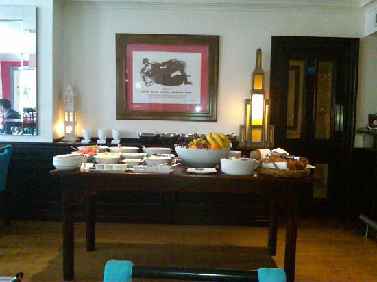 The Pelham Hotel: Fabulous and yummy breakfast spread in a bright sunny dining room with stellar service !!!!