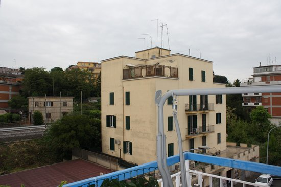 Twin Cities Hostel Rome: Balcony view from apartment
