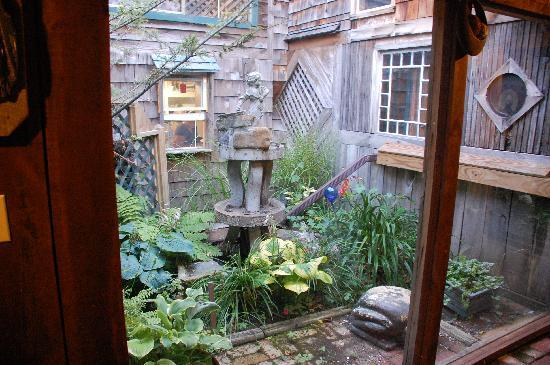 The Log House 1776 Restaurant : One of several interior courtyards