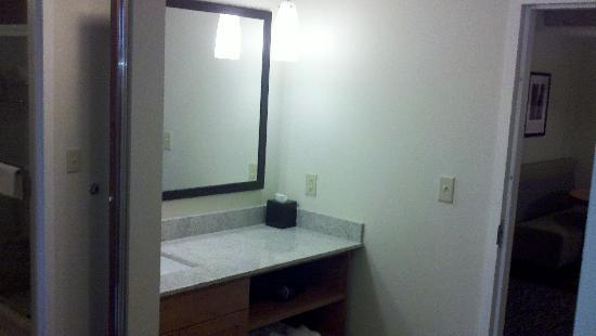 HYATT house Hartford North/Windsor: bathroom sink in hallway area