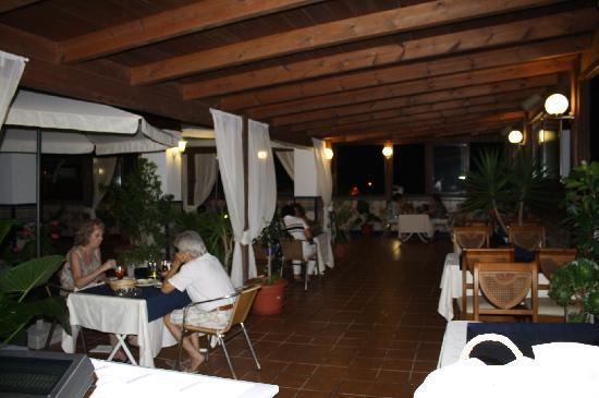 Hotel Avenida Tropical: Ambiente único para disfrutar de una cena al aire libre