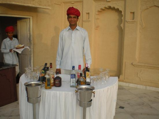 Sardargarh Heritage Hotel: Dinner was great - waiter and bar