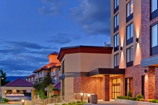 Holiday Inn Express Kelowna: Hotel Exterior