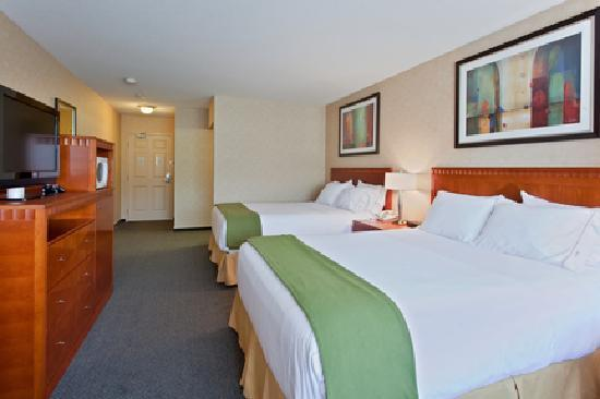 Holiday Inn Express Kelowna: Standard Room with 2 Queen Beds