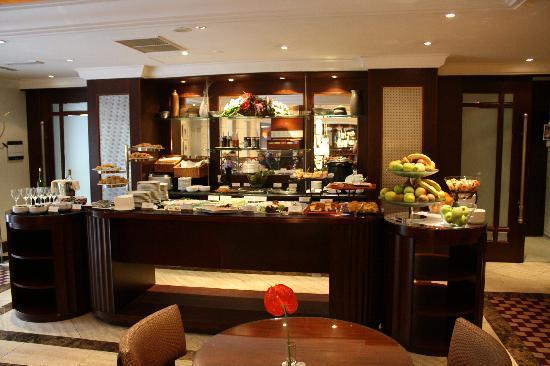 Corinthia Hotel Budapest: snacks in executive lounge