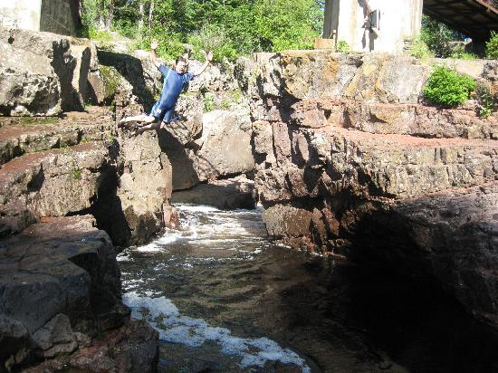 Temperance River State Park : Leaping off the rocks into Temperance River