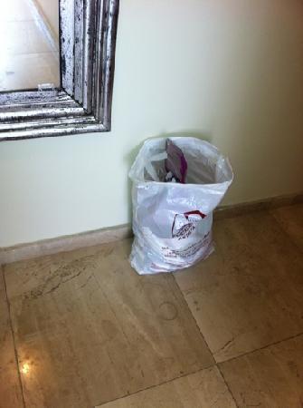 Alp Pasa Hotel: tvättpåse full med sopor!!!