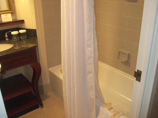 Delta Hotels by Marriott Richmond Downtown: Bathroom