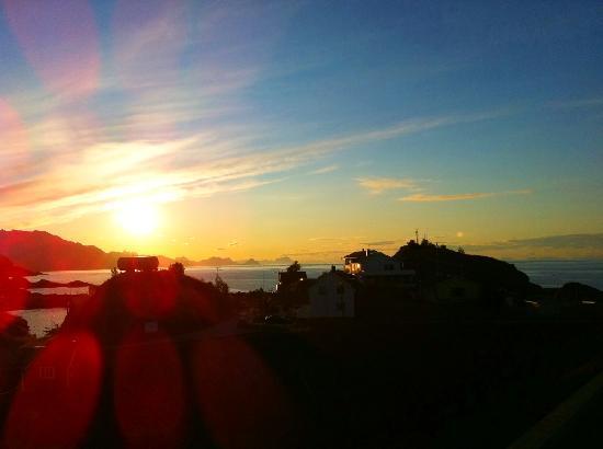 Eliassen Rorbuer: Sonnenuntergang am Hafen von Hamnoy
