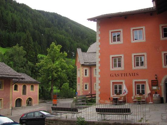 Valle Aurina, Italy: La parte dell'albergo che affaccia sulla strada principale