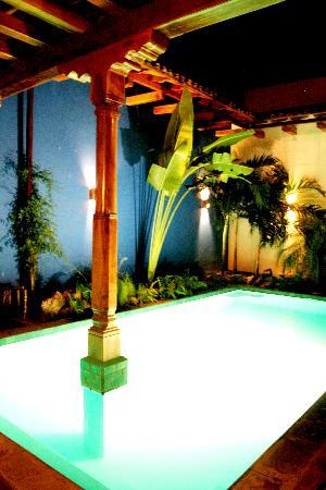 Miss Margrit's Guest House: Pool at night