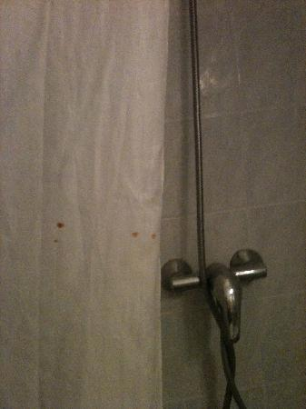 Hotel Voltaire Republique : Blood stains on the shower curtain
