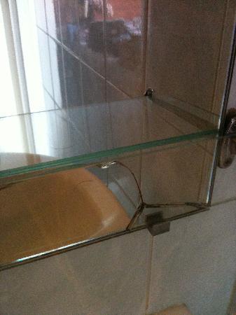 Hotel Voltaire Republique: Cracked mirror