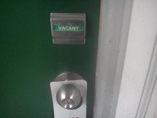 "ذا ليك جورج إن: The door says ""Vacant"" when you're not there.  They ignored the ""Do Not Disturb"" on the handle."