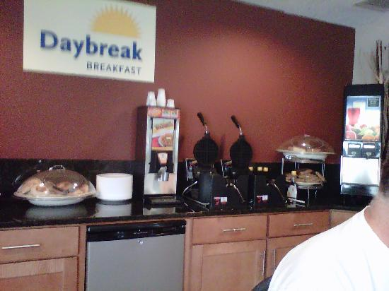 Days Inn Asheville/Tunnel Road & I-40 : Breakfast Bar