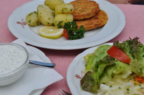 Restaurant Sanger Blondel: Gemuselaibach - vegetable patties and salad.