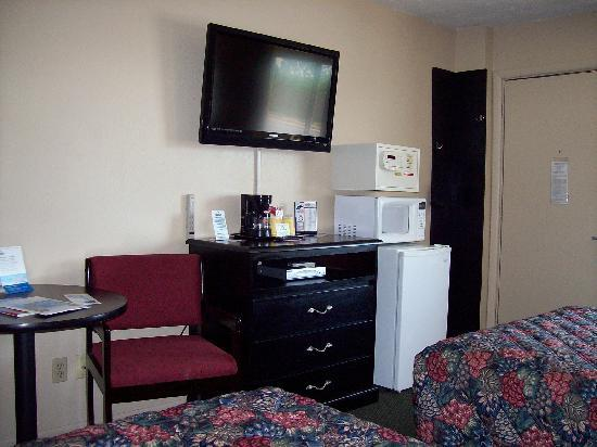 @ Michigan Inn & Lodge: Fridge, microwave, and safe