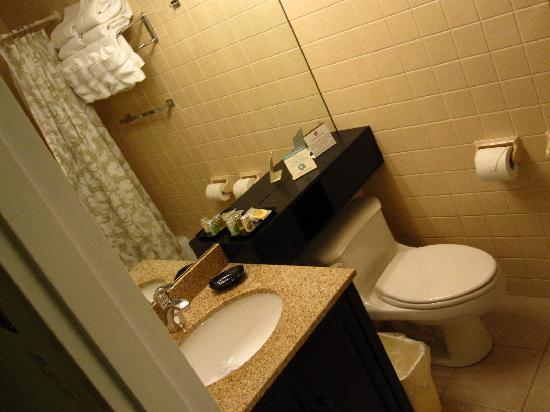 Best Western at Historic Concord: Bathroom