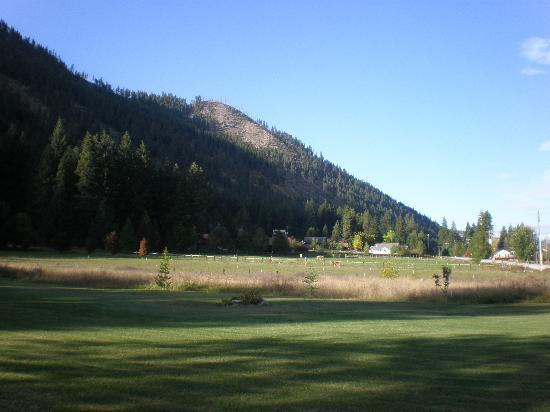 Granite Hills Inn: View of the Inn's yard