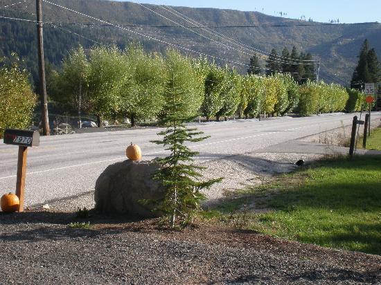 Granite Hills Inn: Driveway view